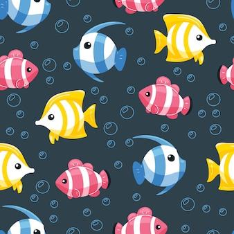 Padrão sem emenda de peixe colorido mão desenhada no estilo cartoon.