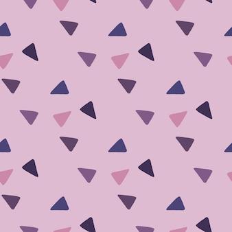 Padrão sem emenda de triângulos abstratos. elementos roxos e azuis marinhos em fundo lilás.