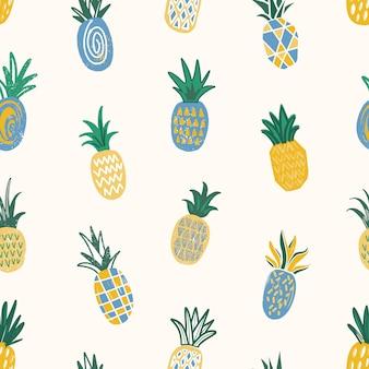 Padrão sem emenda de verão com abacaxis de textura diferente espalhadas no fundo branco. pano de fundo com deliciosas frutas tropicais frescas doces suculentas. ilustração plana para impressão de tecido.