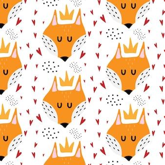 Padrão sem emenda desenhado à mão para crianças com raposa vermelha padrão com uma raposa em uma coroa e corações