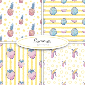 Padrões sem emenda de verão com abacaxi, melancia, banana, morangos em tons pastel, sobre fundo amarelo listra e pontos. ilustração