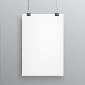 Página a4 em branco, enforcado com clipes de papel no fundo branco