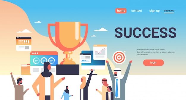 Página de destino de sucesso com pessoas árabes