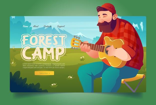 Página de destino dos desenhos animados do acampamento florestal, homem, turista, tocando guitarra na paisagem montanhosa