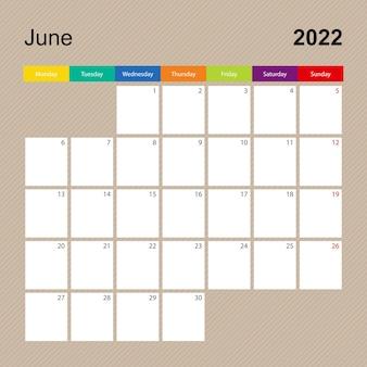 Página do calendário de junho de 2022, planejador de parede com desenho colorido. a semana começa na segunda-feira.