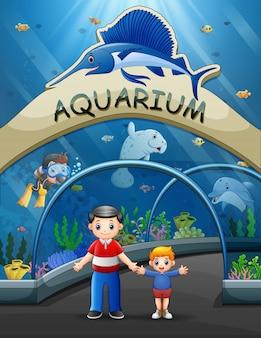 Pai com seu filho visitando o aquário
