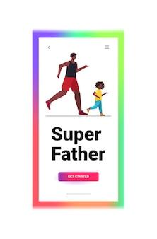 Pai correndo com filho pequeno conceito de paternidade pai passando tempo com seu filho vertical de comprimento total