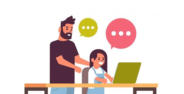 Pai e filha usando laptop bate-papo bolha homem de comunicação ajudando seu filho a fazer lição de casa família feliz, passar algum tempo juntos