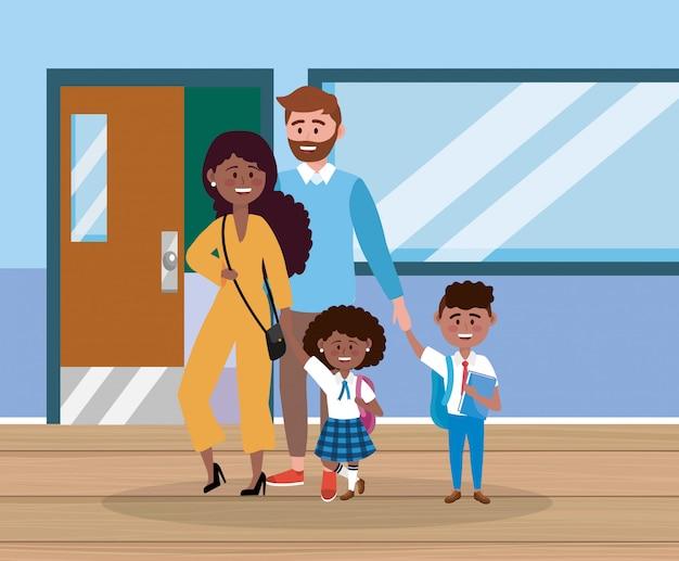 Pai e mãe com sua menina e menino com mochila