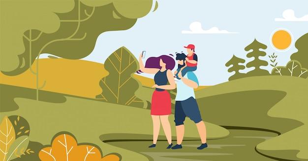 Pai, mãe e filho fotografando na floresta