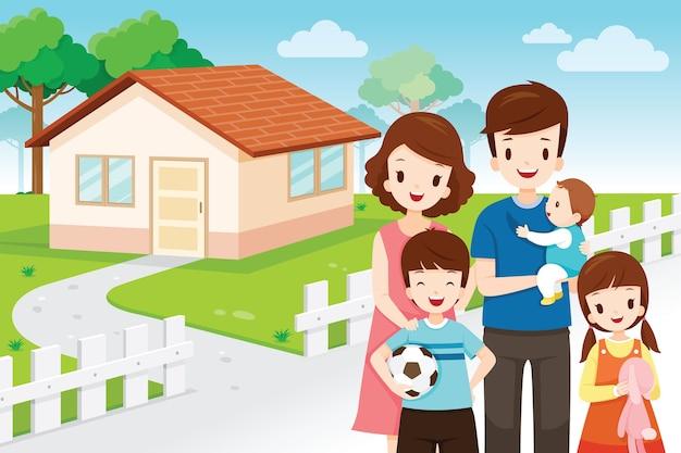 Pai, mãe, filho e filha em frente à casa da família