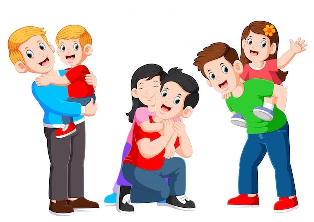 Pai três feliz, abraçando seu filho e brincando com seus filhos