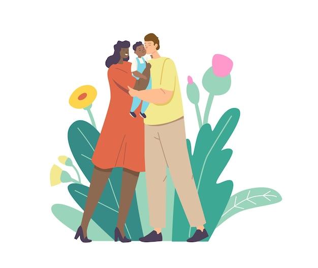 Pais amorosos multirraciais beijam bebê