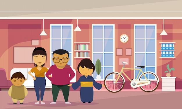 Pais de família asiáticos com duas crianças em casa sala de estar