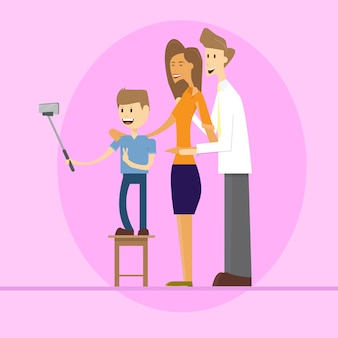 Pais de família com filho tirando foto de selfie