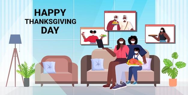 Pais e filhos discutindo com os avós durante a videochamada em família celebrando o conceito do feliz dia de ação de graças