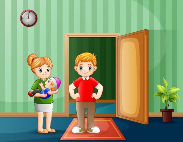 Pais jovens com bebê dentro de um quarto