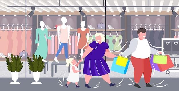 Pais obesos gordos com criança segurando sacos de compras família se divertindo caminhando junto feriado grande venda obesidade conceito moderno boutique moda exterior