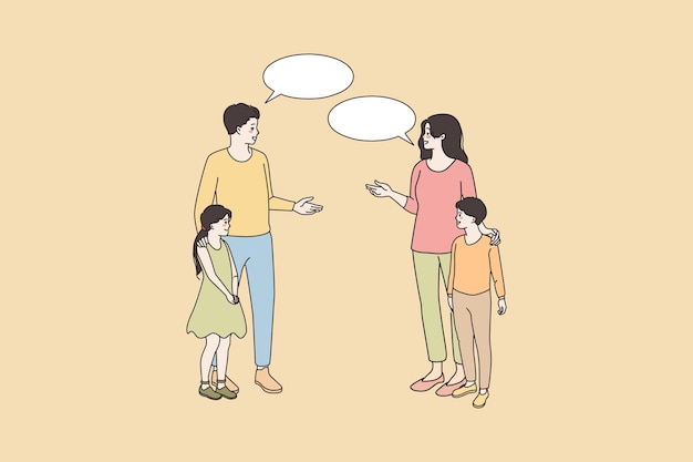 Pais sorridentes de crianças adolescentes conversam do lado de fora