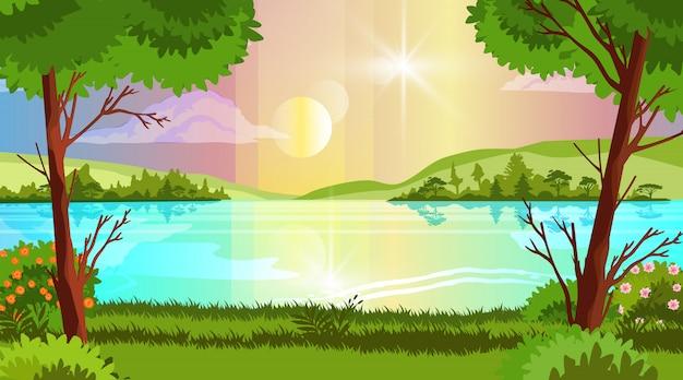 Paisagem de floresta horizontal com árvores, lago, sol, colinas, arbustos florescendo, nuvem e margem do rio.