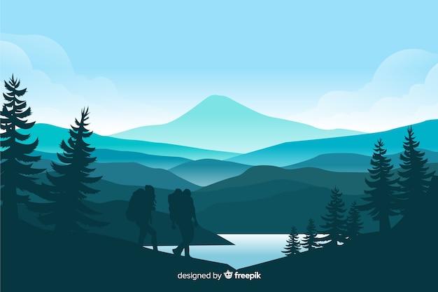 Paisagem de montanhas com pinheiros e lago