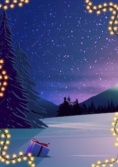 Paisagem de noite de inverno com floresta de pinheiros, céu estrelado e presentes na neve. ilustração vertical