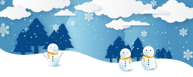 Paisagem do inverno do natal do vetor com árvores, casas, boneco de neve, estrelas, veados e neve em estilo 3d. fundo festivo em camadas com pódio 3d. banner de venda de produtos de exibição de natal ou ano novo
