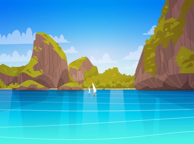 Paisagem do mar bela praia asiática com montanha costa à beira-mar vista verão seascape
