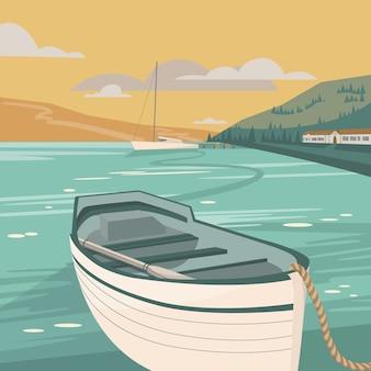 Paisagem quadrada do mar com o velho barco na frente e iate, casa e montanhas