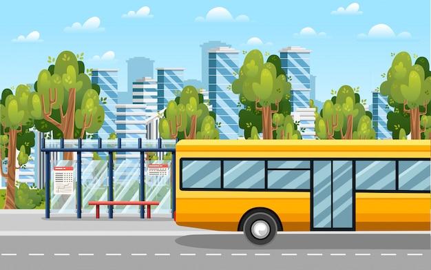 Paisagem rural com estrada, parada de ônibus e ônibus. árvores verdes e fundo da cidade moderna. ônibus amarelo da cidade e ponto de ônibus transparente. ilustração plana.