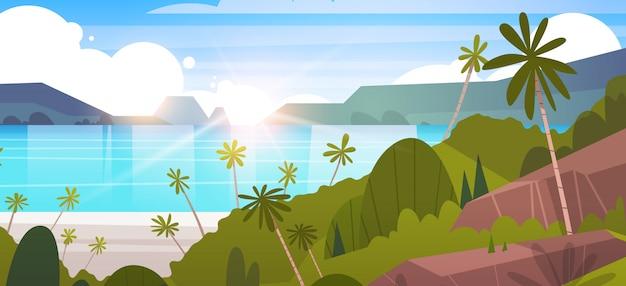 Paisagem tropical praia de verão à beira-mar com palmeira e montanhas