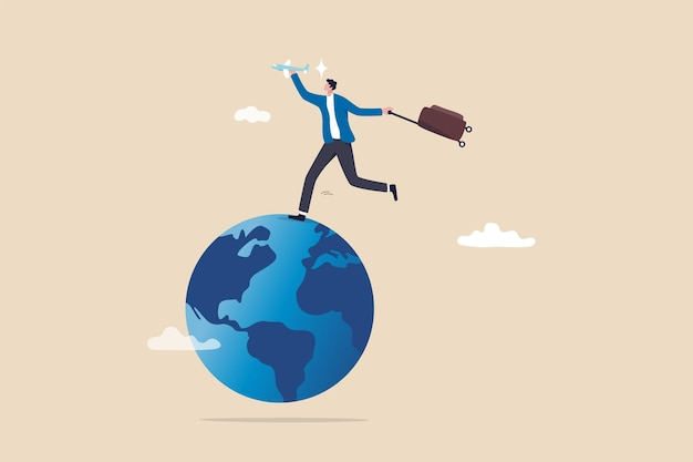 Paixão por viagens quando o mundo se abre após covid-19, o crescimento do turismo global e o turismo voltam ao conceito de plano de viagem, homem feliz segurando o avião e a bagagem de férias rodando no mapa-globo do mundo.