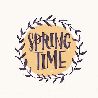 Palavra de primavera escrita com fonte elegante dentro frame redondo ou grinalda feita de galhos e folhas. letras de primavera decoradas com elemento natural isolado no fundo branco. ilustração.