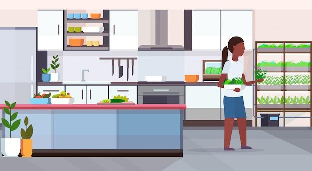 Palavras-chave: moderno mulher colheita conceito folhas folhas conceito alimento saudável sistema crescimento cozinha moderno interior cozinha comprimento interior orgânico caráter comprimento horizontal saudável