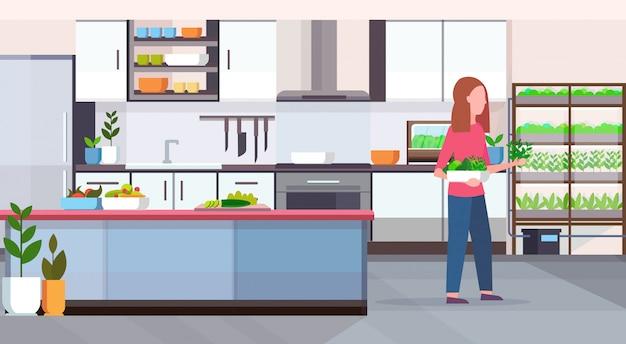 Palavras-chave: mulher colheita conceito folhas folhas saudável conceito cozinha saudável plantas crescimento interior moderno cozinha interior saudável interior comprimento horizontal