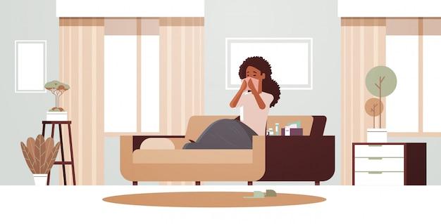 Palavras-chave: nariz nariz conceito mulher moderno com nariz lenço americano menina snotty nariz estar com conceito snotty limpeza moderno assento estar moderno doente doença moderno horizontal cheirar lenço