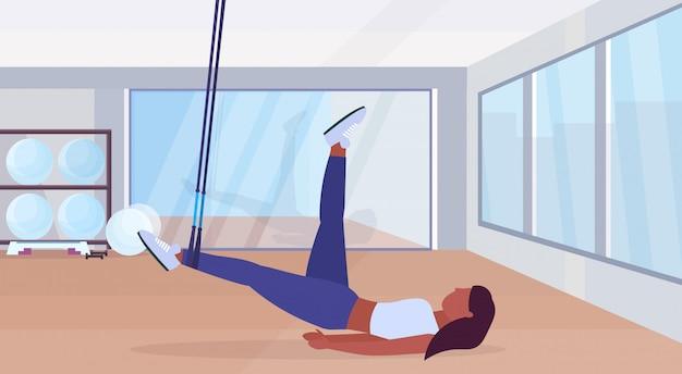 Palavras-chave: sporty horizontal mulher aptidão suspensão horizontal aptidão americano com comprimento elástico afro americano menina estúdio conceito horizontal gym moderno gymnastics exercícios comprimento