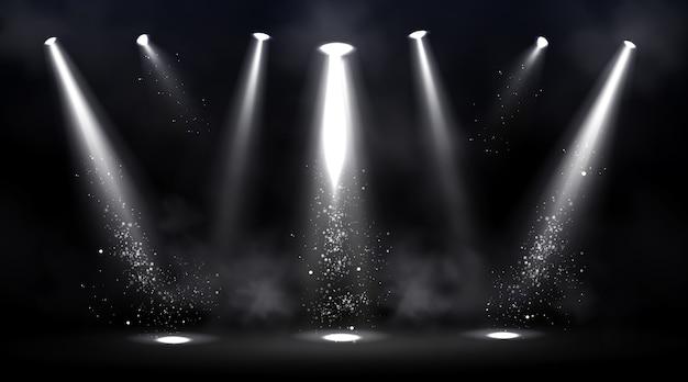 Palco iluminado por holofotes. cena vazia com ponto de luz no chão.