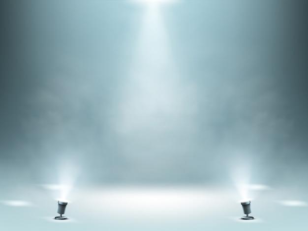 Palco iluminado por holofotes com efeito de fumaça