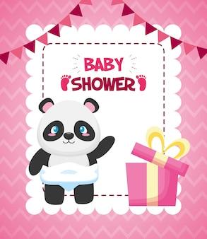 Panda com caixa de presente para cartão de chá de bebê