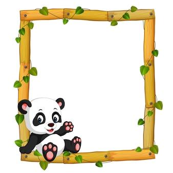 Panda na moldura de madeira com raízes e folhas