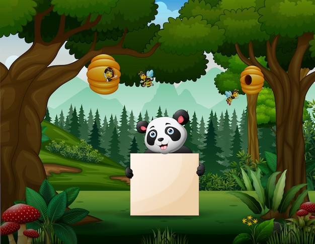 Panda segurando um cartaz em branco no parque