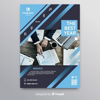Panfleto comercial abstrato com empresário trabalhando