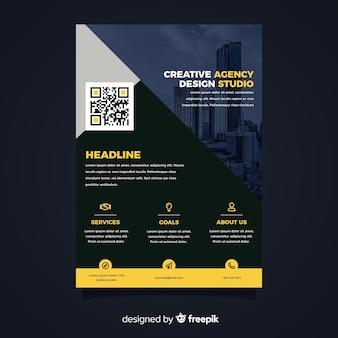 Panfleto comercial moderno com perspectiva da cidade e infográfico