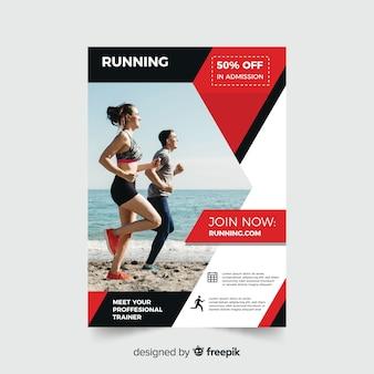 Panfleto de esporte com pessoas correndo na praia