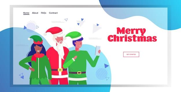 Papai noel com casal de duendes tirando foto de selfie na câmera do smartphone página de destino do conceito de celebração de feriados de natal