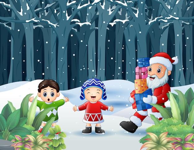 Papai noel dando um presente para as crianças na paisagem de um bosque nevado