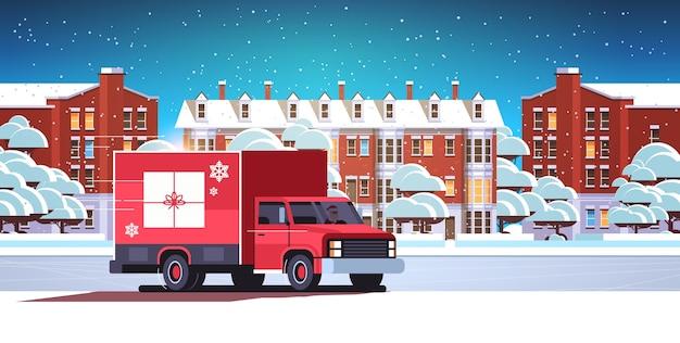 Papai noel dirigindo van de entrega com caixa de presente transporte de transporte de contêineres para feliz natal férias de inverno conceito de celebração horizontal com neve paisagem urbana ilustração vetorial plana