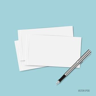 Papéis e caneta no fundo azul