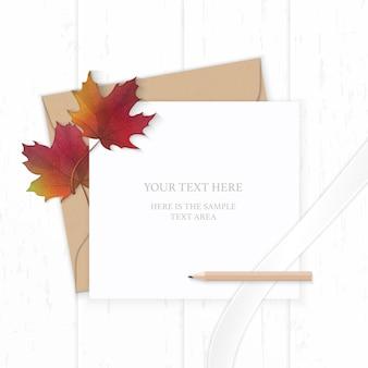 Papel de carta elegante com folha de bordo e fita de seda com fundo de madeira